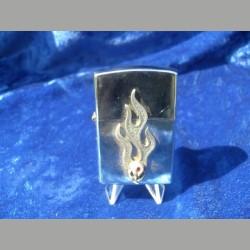 Feuerzeug mit kleinem Totenkopf